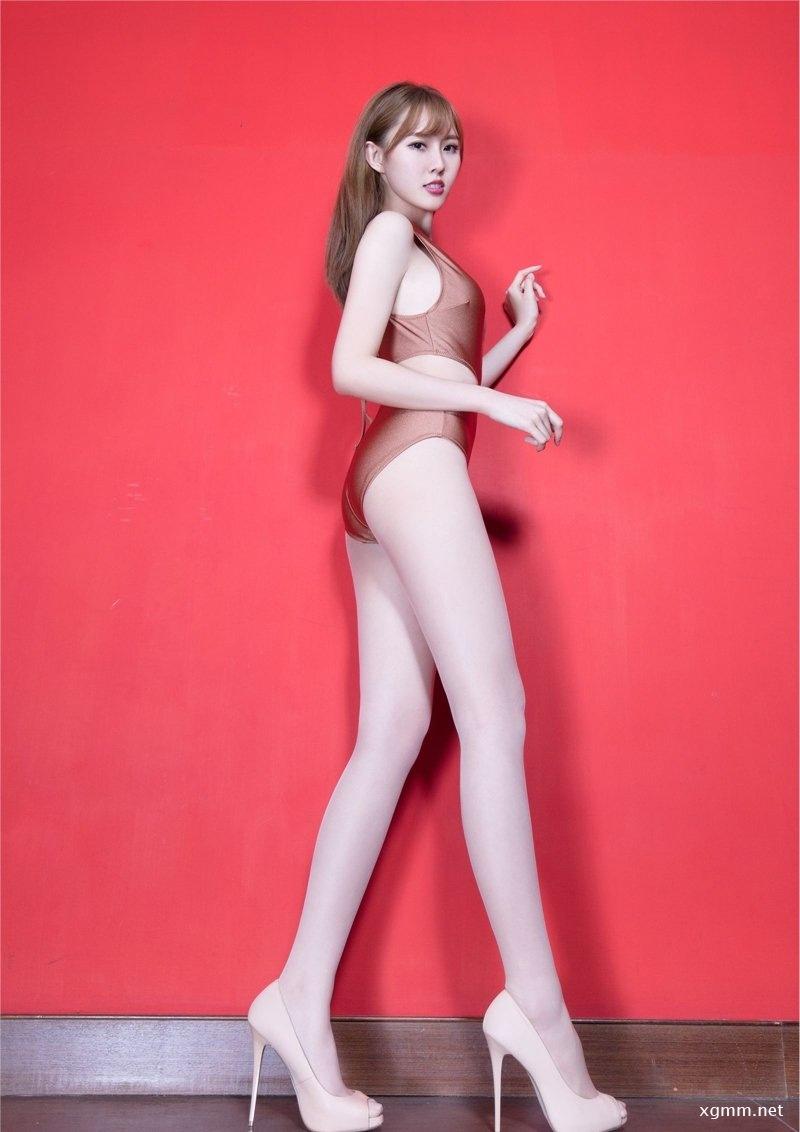土豪金内衣美女Queenie肉丝美腿私拍图