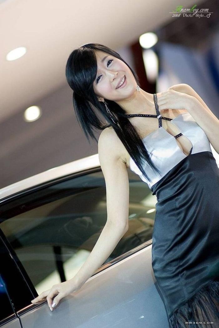 清纯韩国车模又带有点性感