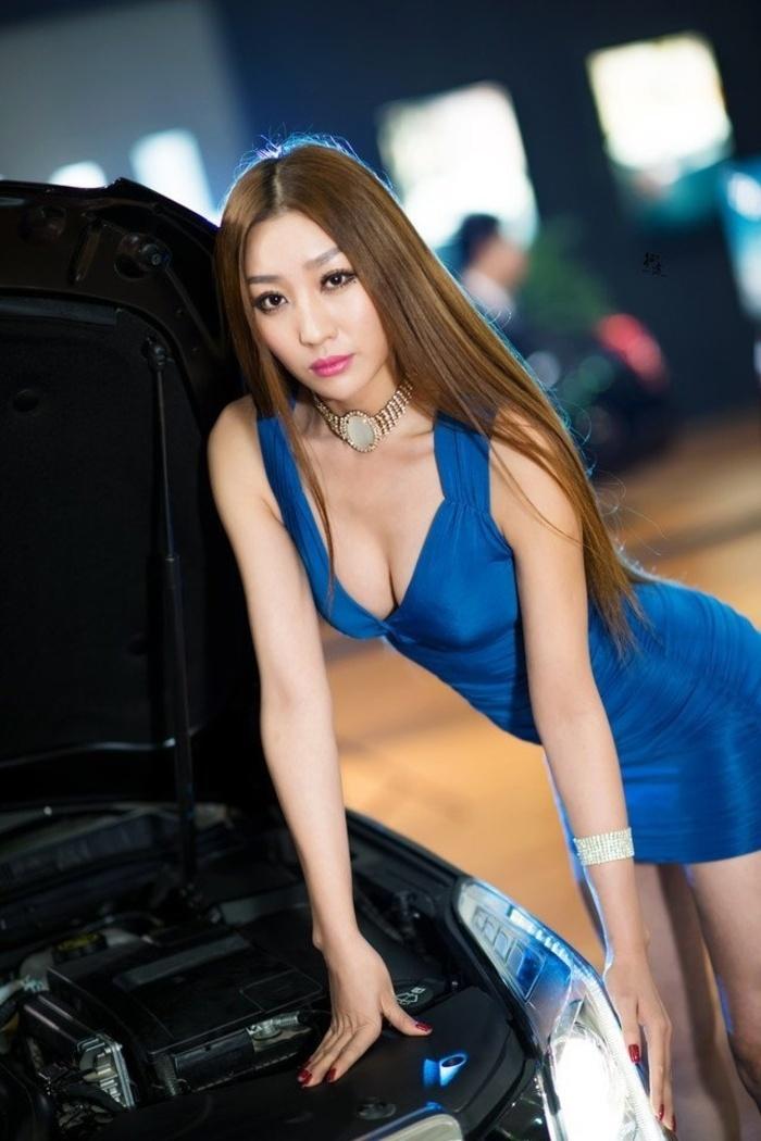 美女车模车展苗条身姿格外显眼