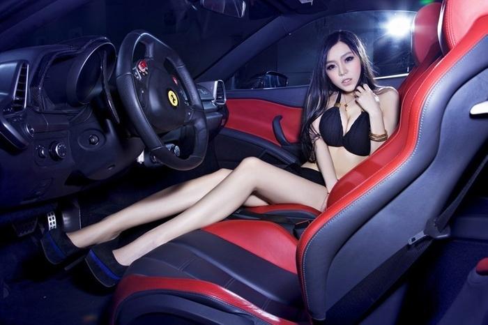 长腿性感车模红色超跑惊艳写真