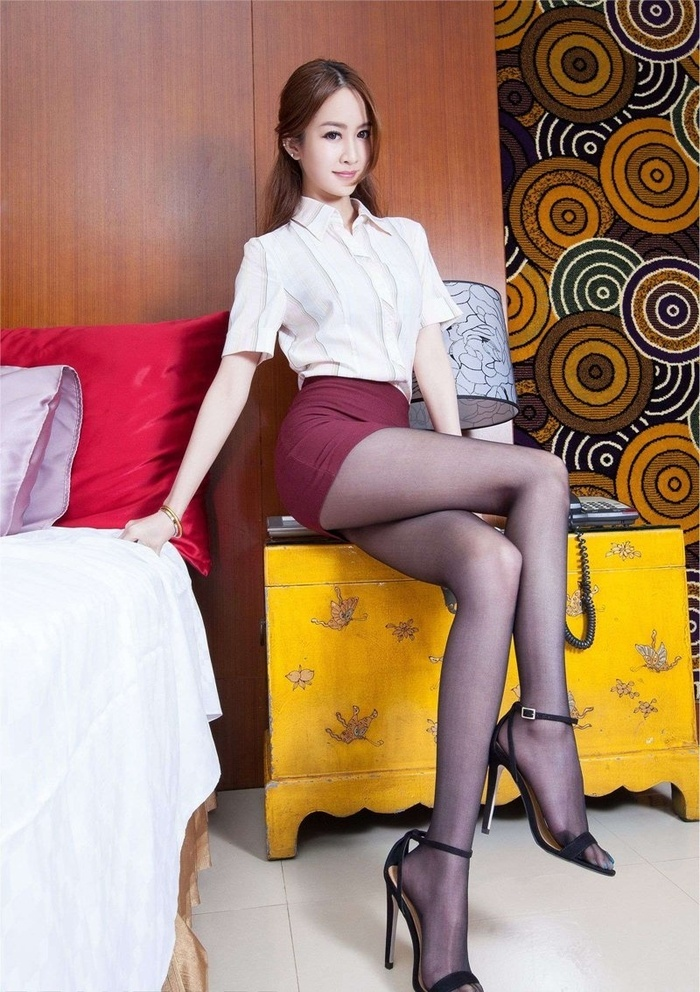 酒店美女腿模短裙黑丝美腿诱惑