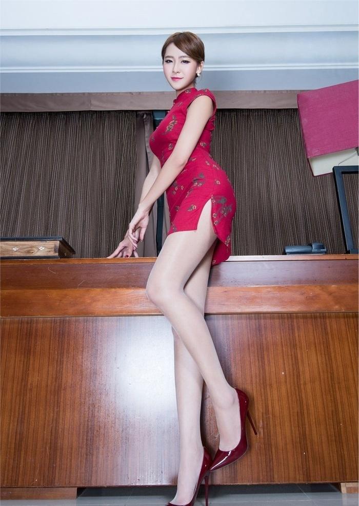 美腿美女Winnie红旗袍气质写真