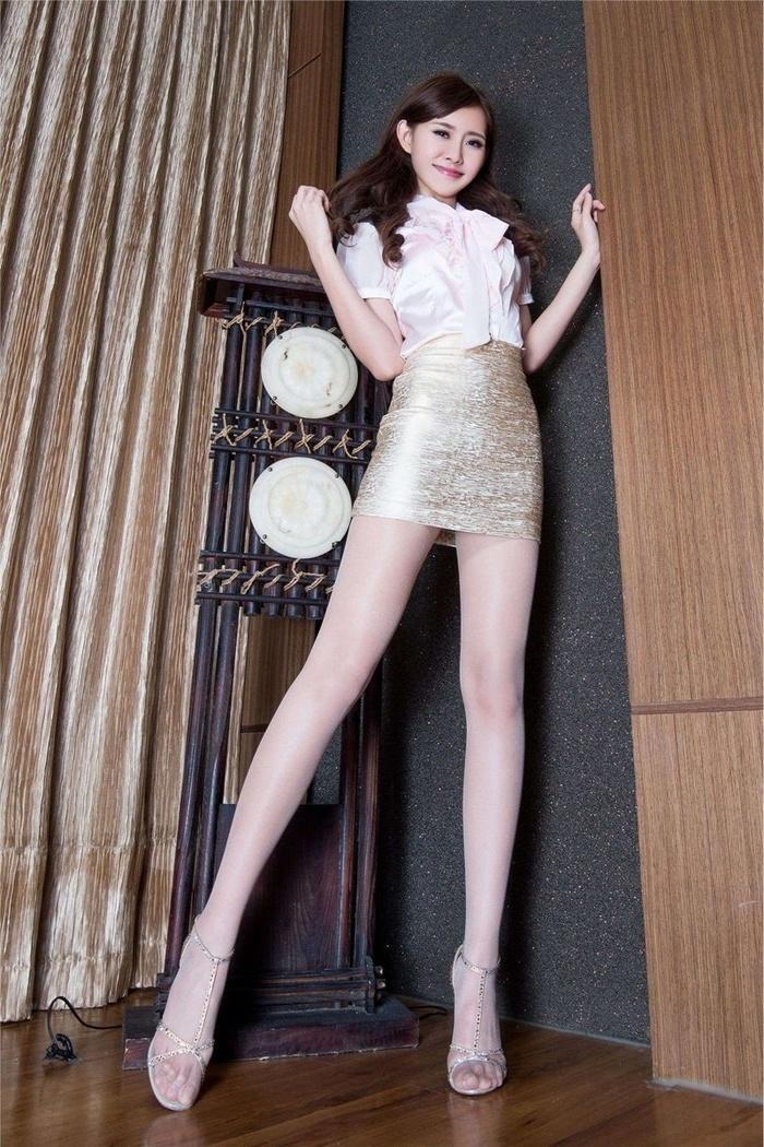 长相甜美腿模Queenie丝袜美臀写真