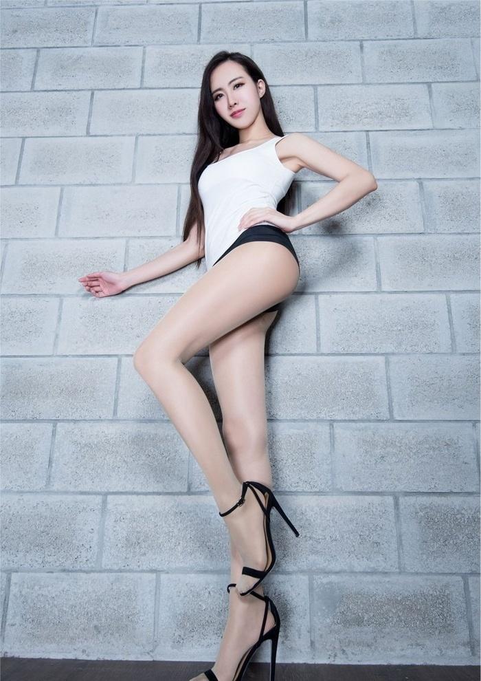 休闲内衣美女Dora性感丝袜翘臀写真