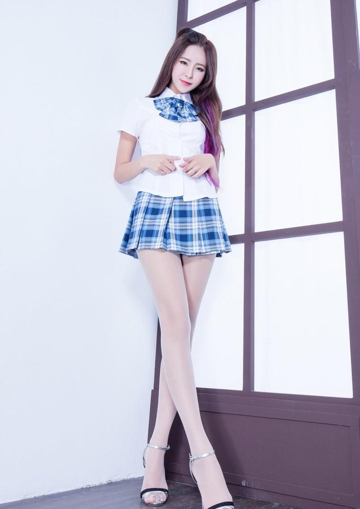 长腿美女Winnie短裙制服丝袜凉鞋清新脱俗写真
