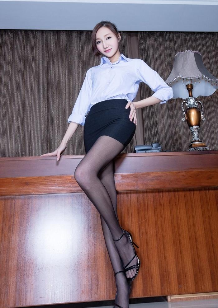 性感秘书Tina制服黑丝装修长美腿释放魅力