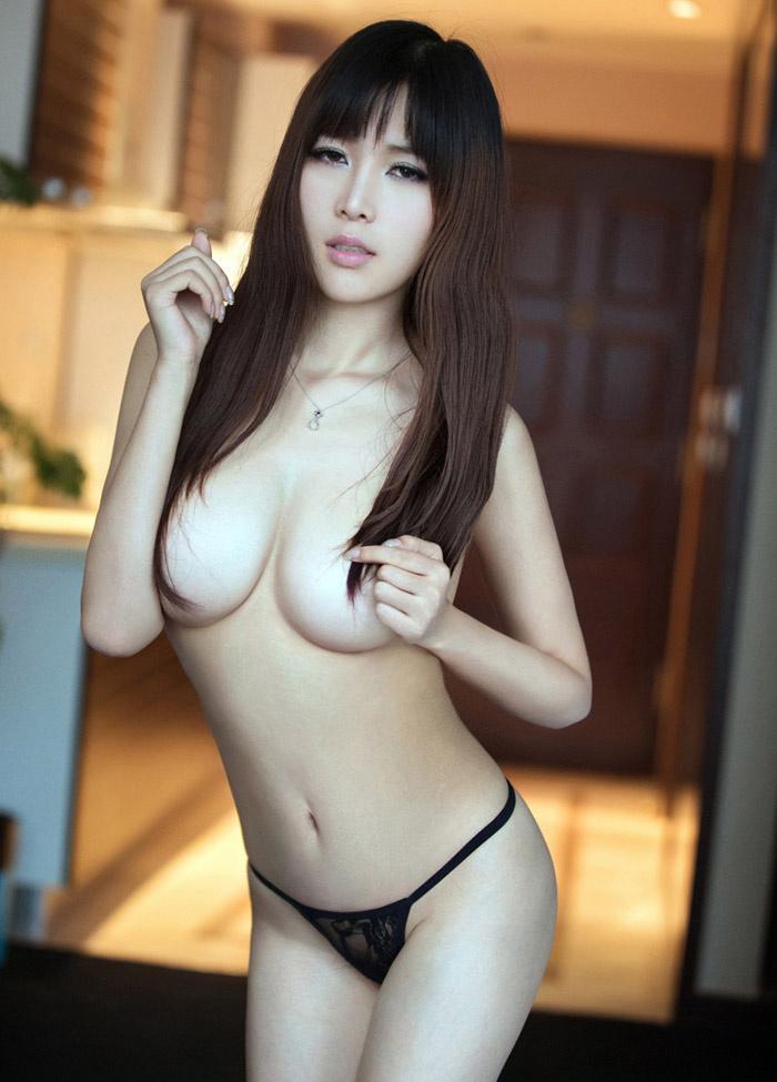 性感美女张优惹火巨乳私房照