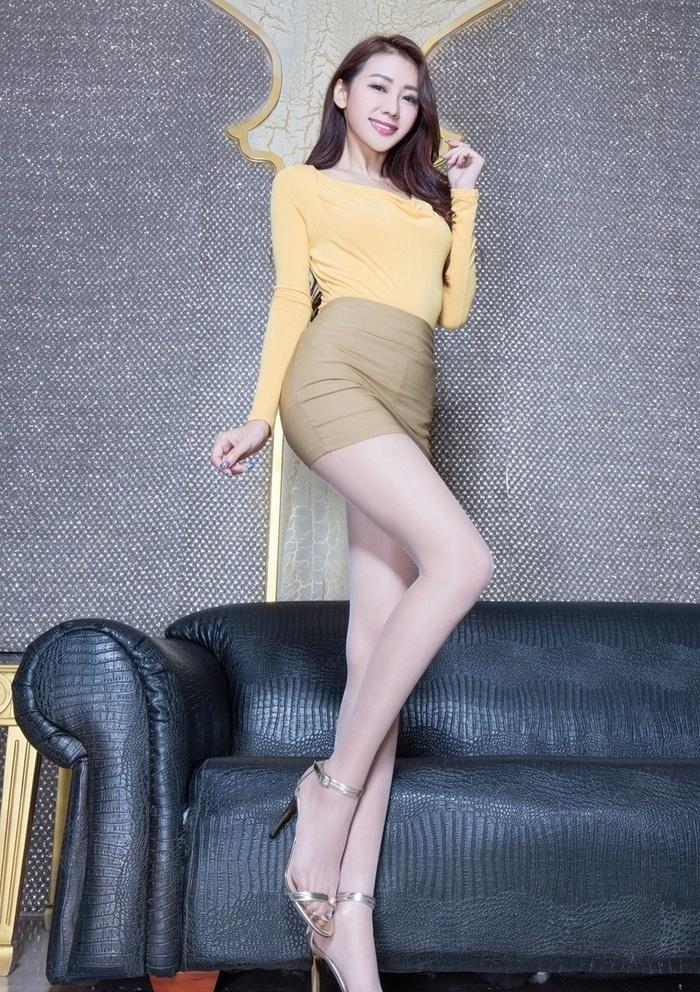 丝袜美女Jennifer紧衣短裙凸显苗条身材修长美腿