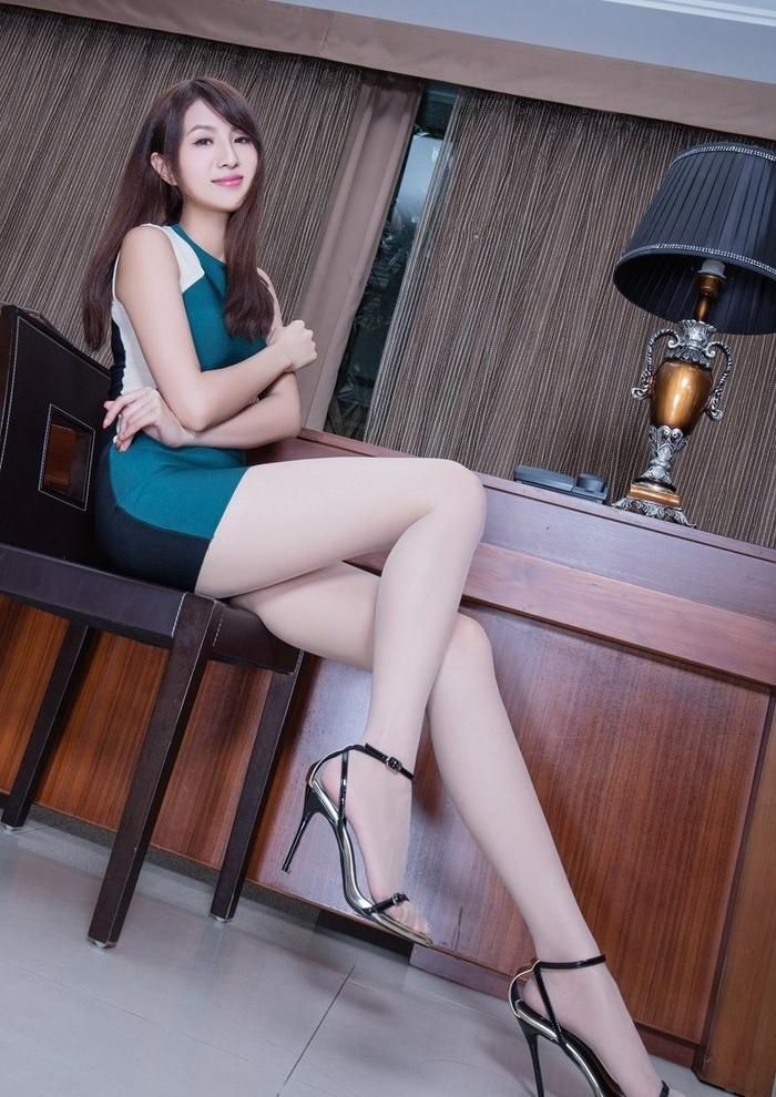 高跟丝袜美女Vicni细腰美臀秀优雅动人姿态
