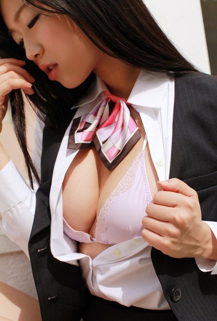 日本人气歌手佐佐木心音室内爆乳内衣妖娆写真