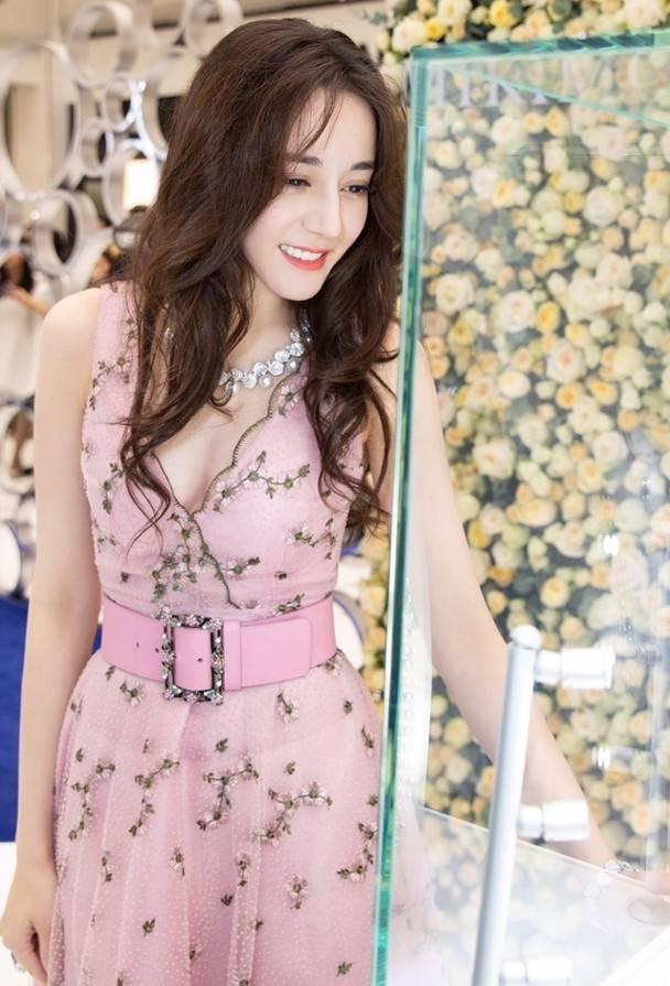 怀孕6个月TVB前花旦岑丽香晒照被网友大赞性感,还与迪丽热巴撞衫插图5