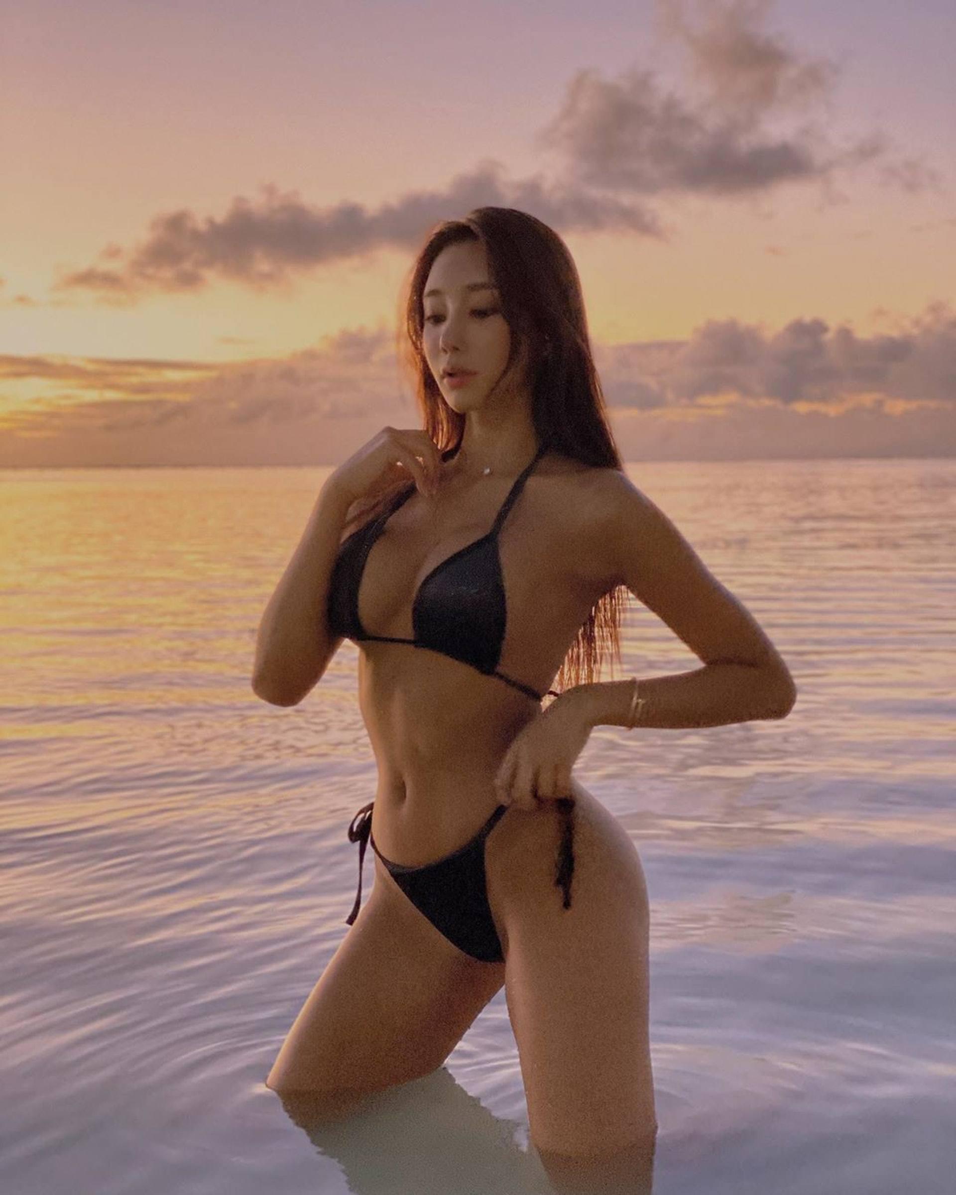 韩国健美小姐吴彩源半裸拍杂志,大晒蚂蚁腰展现健康性感美插图(2)