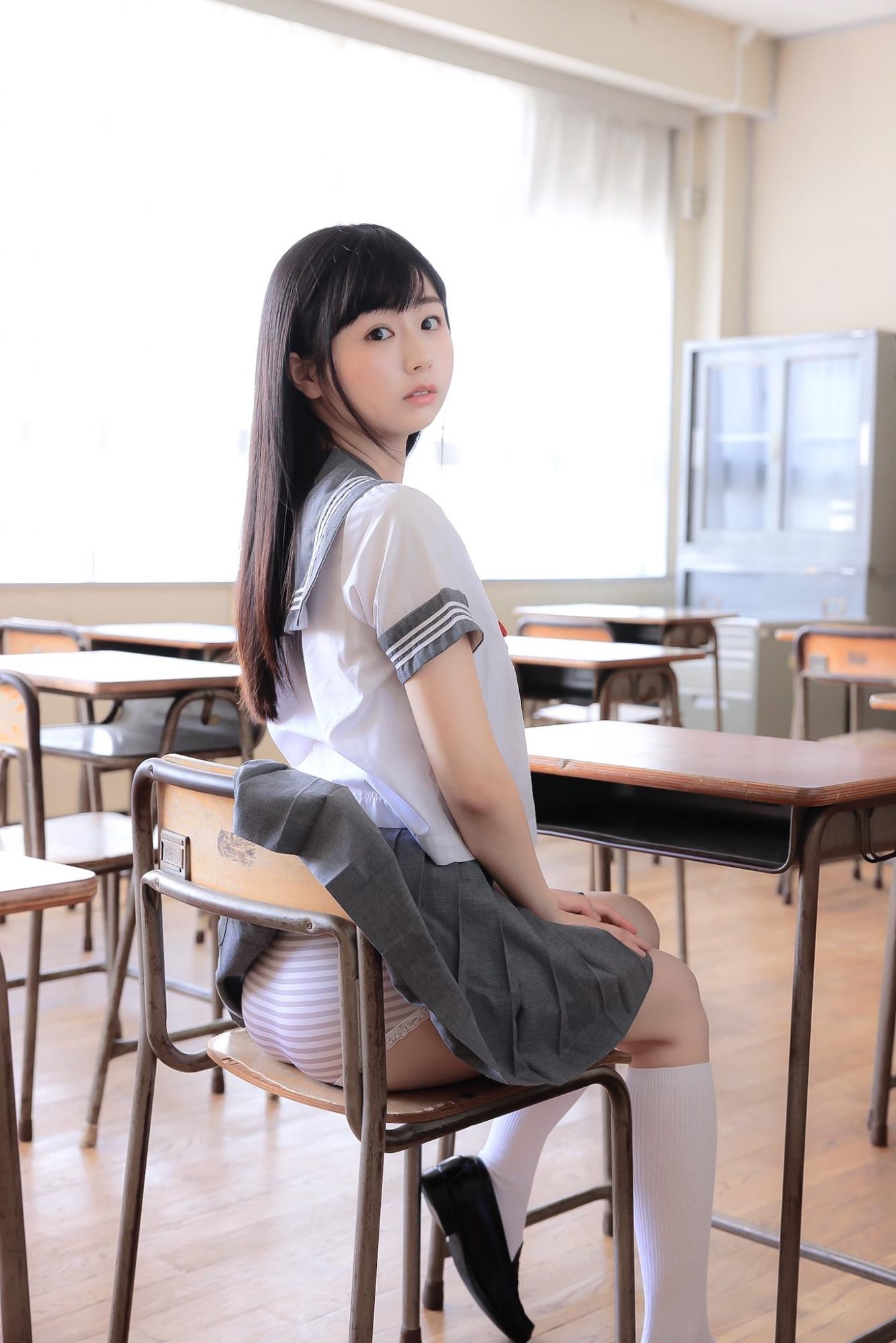 写真女星栗田惠美制服裙子卡住内内露出 养眼图片 第4张