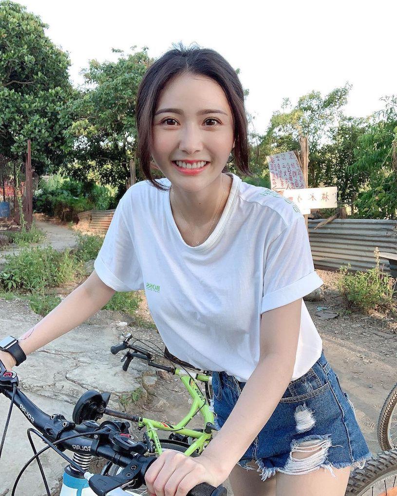 动心了!骑单车遇到超甜正妹「张语婕」,T恤下的「饱满曲线」超凶!-新图包