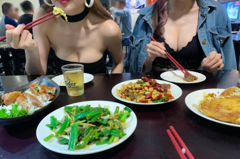 Minnie妮妮和Kami郑琦用餐期间福利不断 艾薇资讯 第2张
