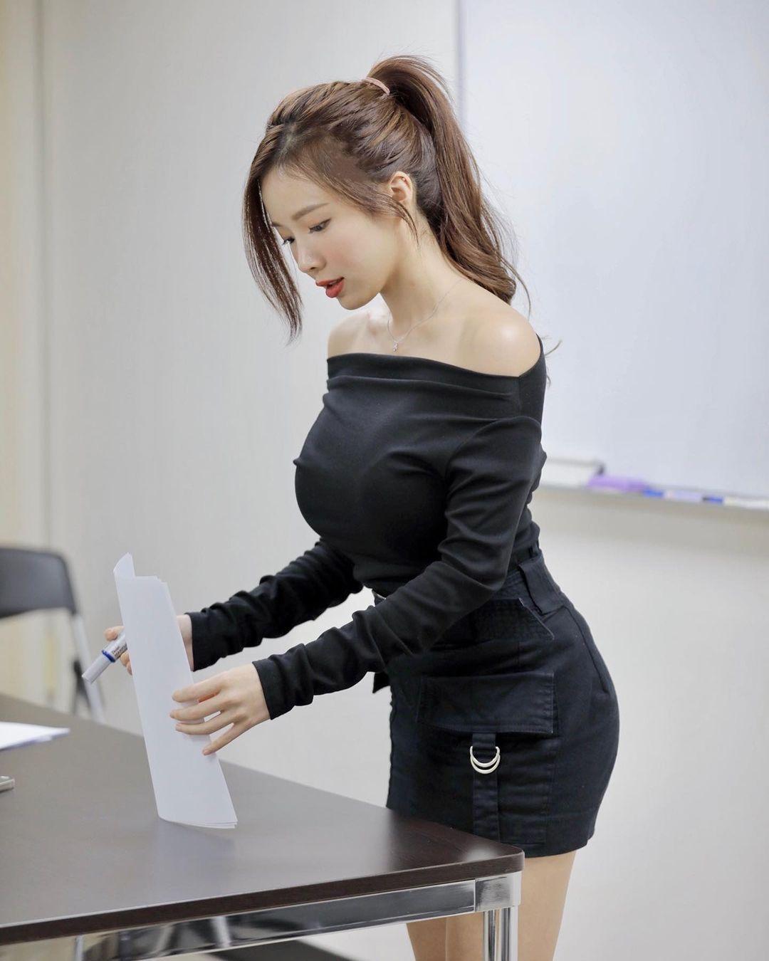 英文老师蓝星蕾身材太好穿迷你裙上课 吃瓜基地 第2张