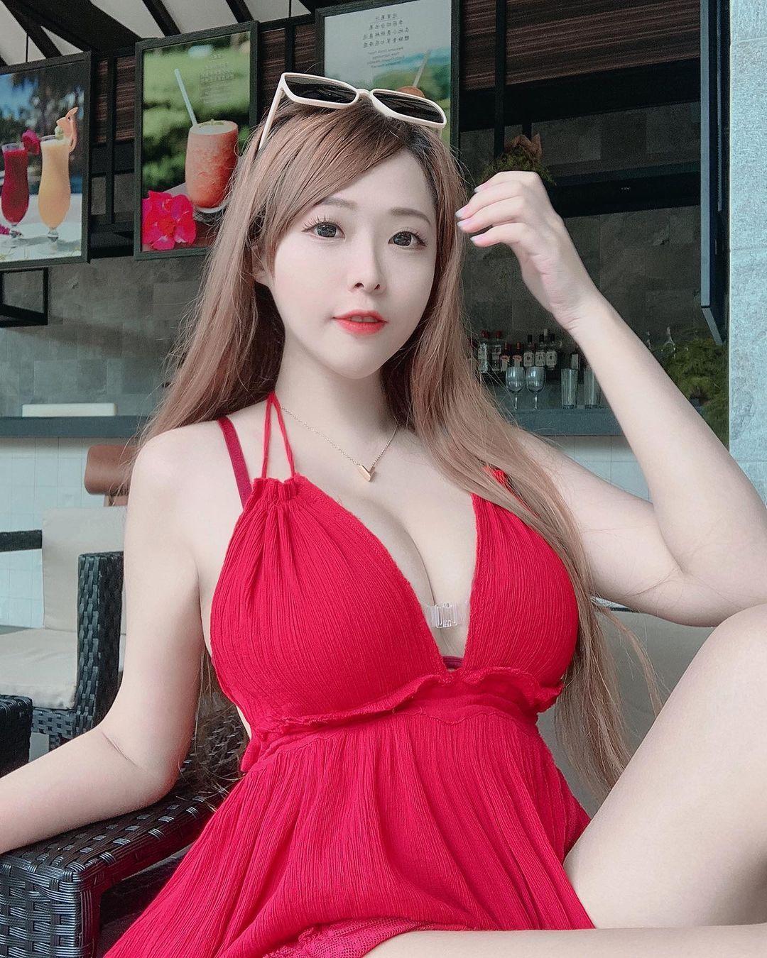 台湾妹子张筱柔胸前丰满的弧度让人看傻了眼 网络美女 第2张