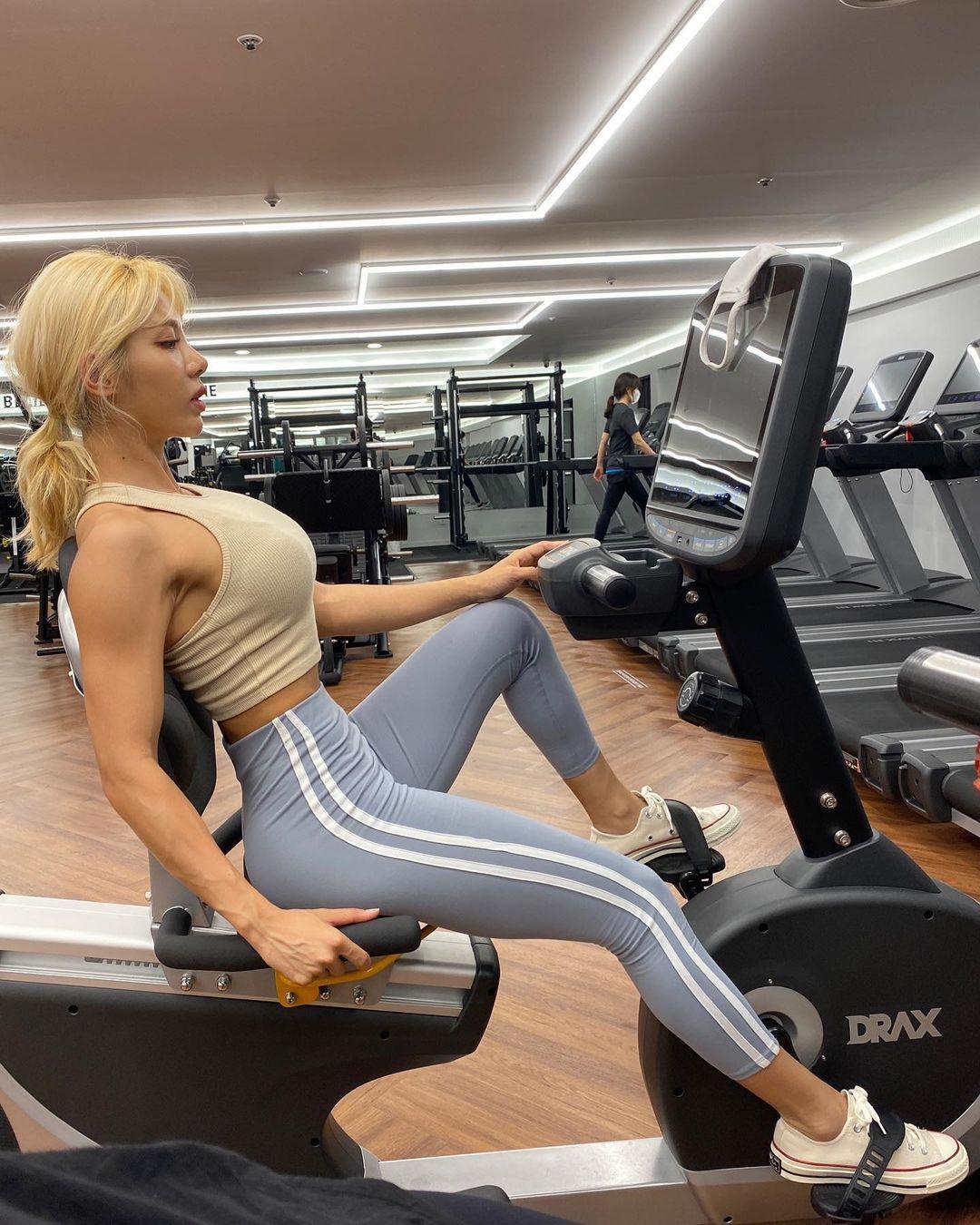 健身教练金孝贞完美体态肉感指数破表腹肌如钢铁般结实 养眼图片 第4张