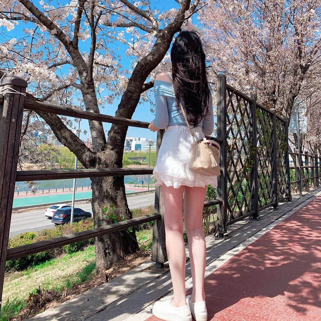 网咖「极品气质姊姊」绝美外型让人着迷,超火辣美腿视角有够销魂