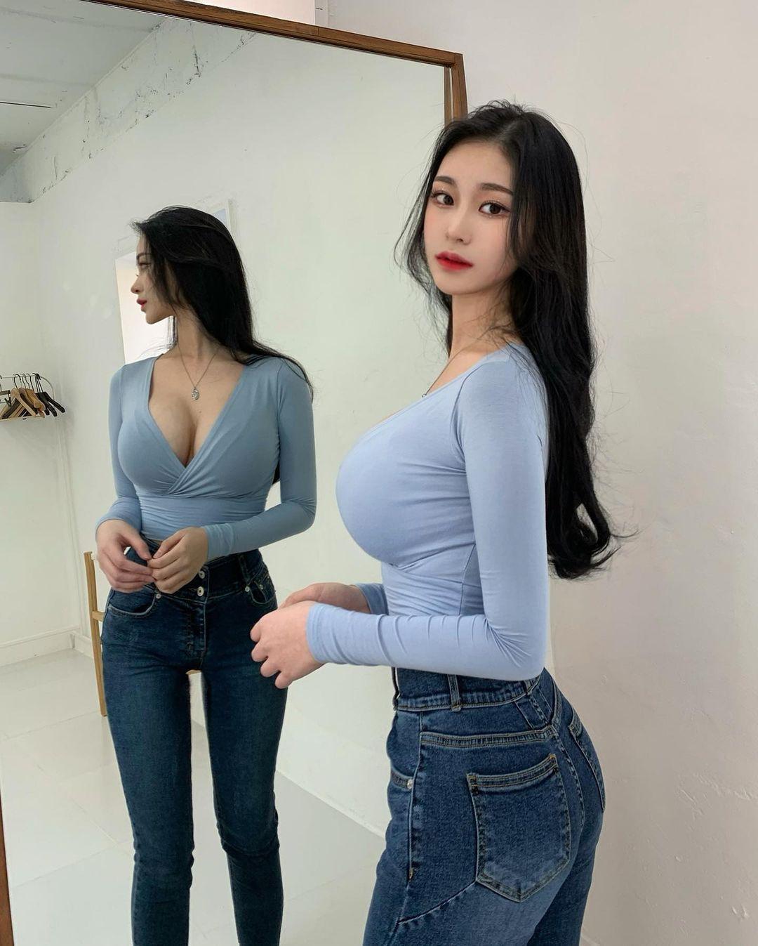 韩国高中妹子「flora」精灵般的神颜,制服下超不科学弧度!-新图包
