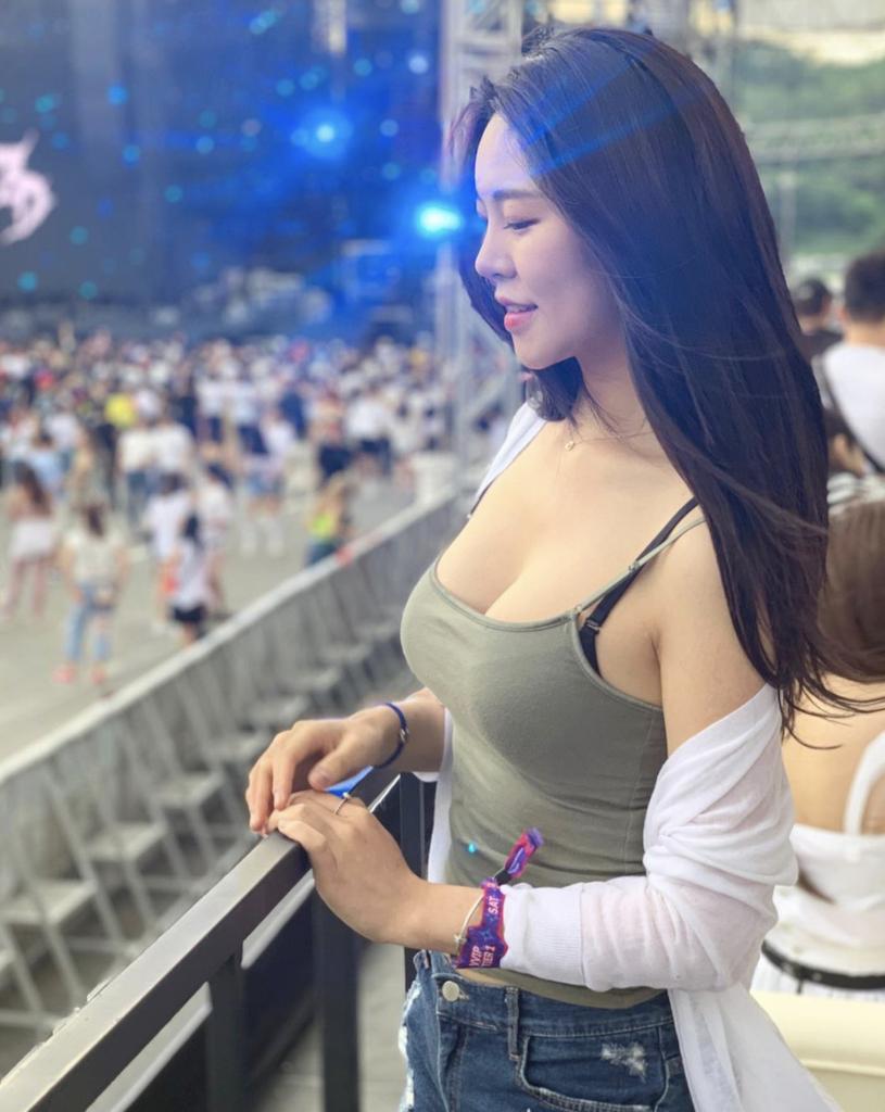 韩国网红美女from_ayla丰满的身材停车场美照 男人文娱 热图2