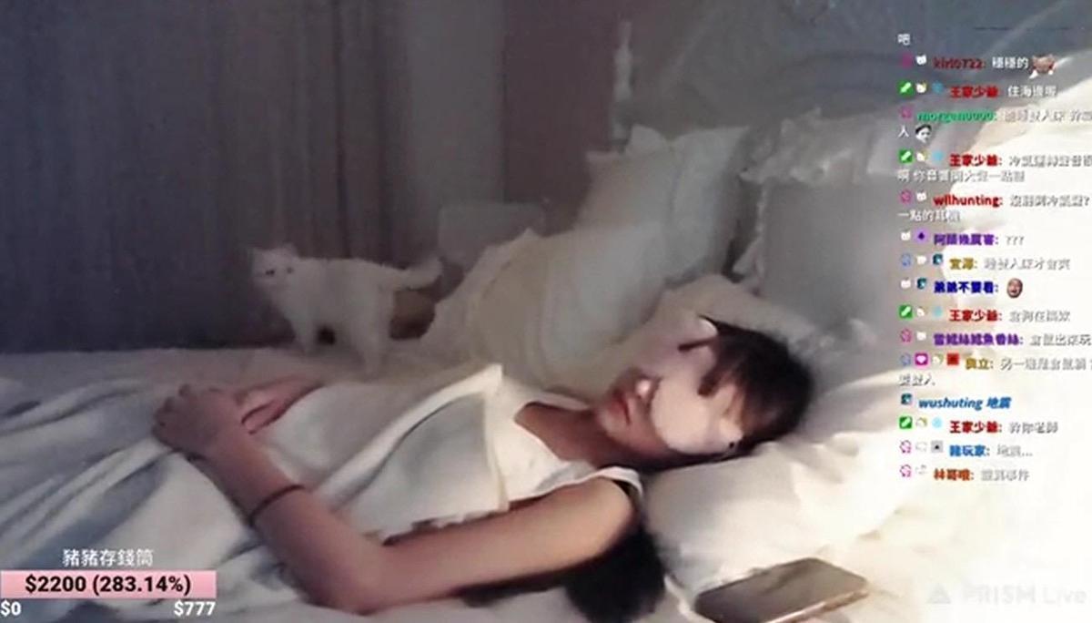 一睡成名.台湾美女依渟直播睡觉5小时吸上万人抢看本人醒来也傻了 养眼图片 第5张