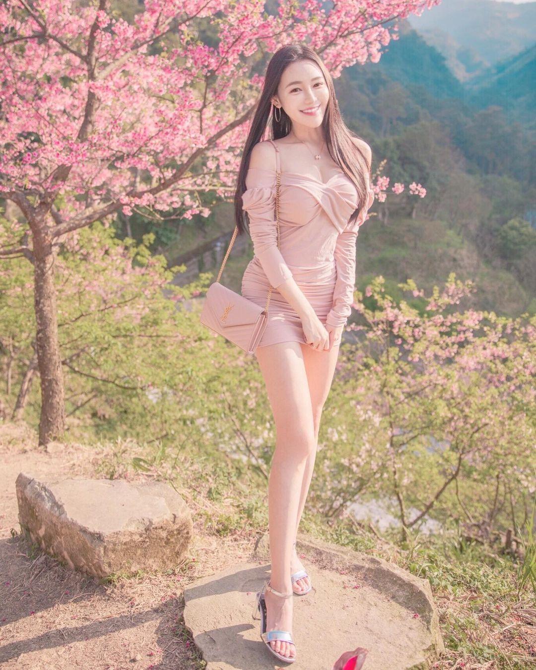 樱花树下出现神之长腿!「莉薇Livia」阳光笑颜比花还耀眼!-新图包