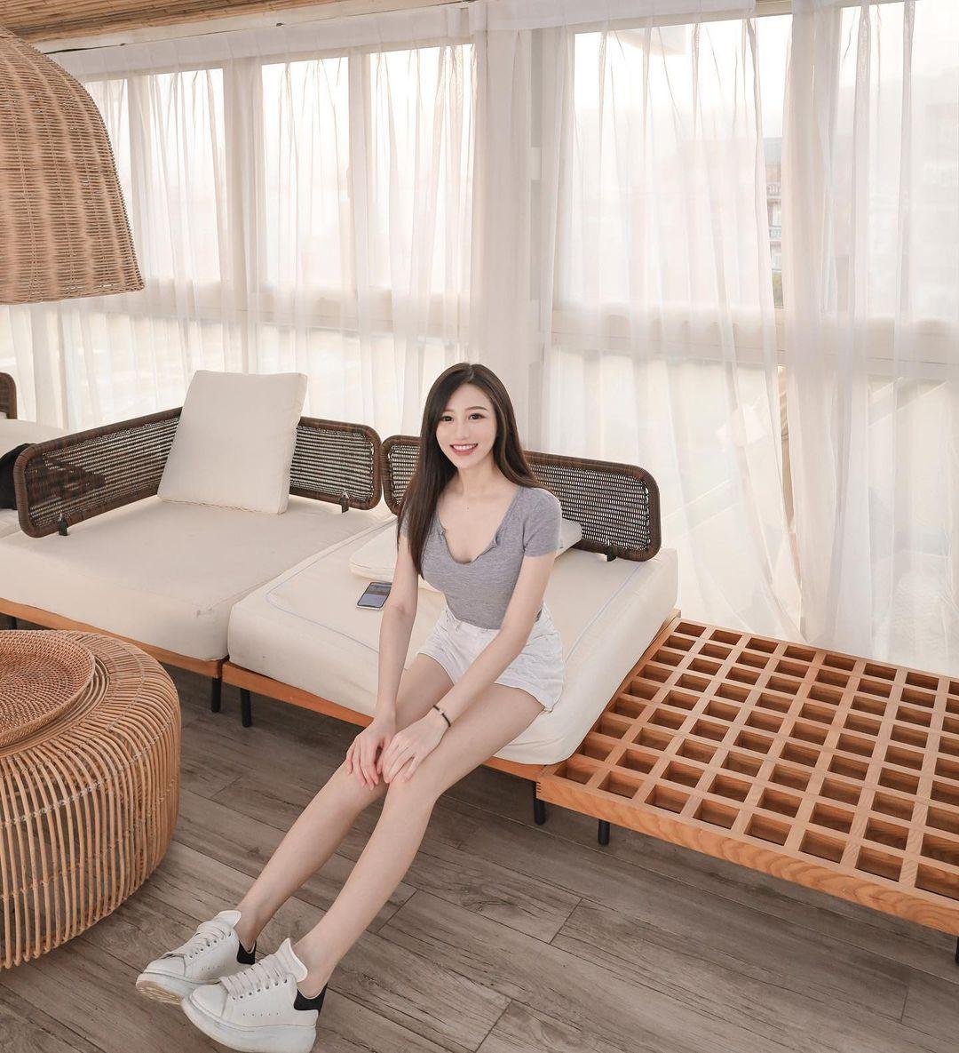 美女主播@Sunny亮亮性感黑色礼服波涛汹涌 养眼图片 第5张