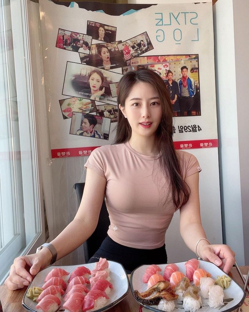 吃满满生鱼片的IG健身正妹,懂吃果然身材超赞的 网络美女 第3张