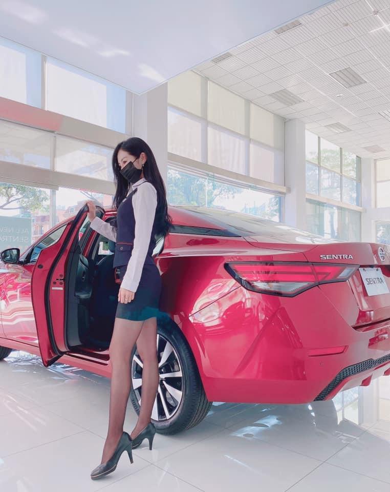香车就要配美人 Nissan 美女业务芳芳大露黑丝美腿 网络美女 第9张