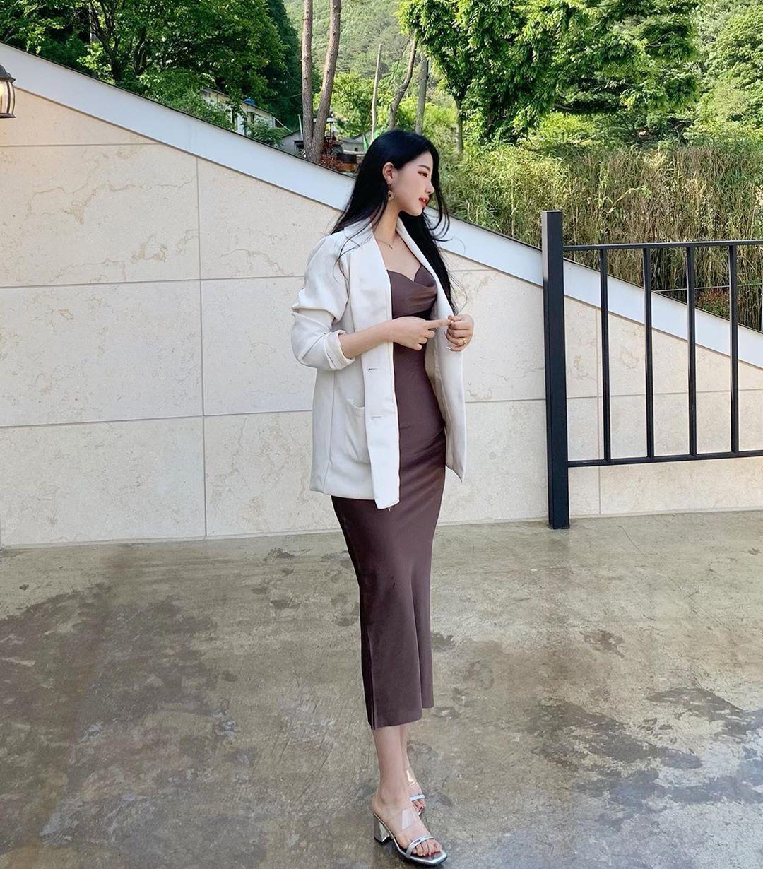 [韩国]韩国天菜级辣姊姊坐在路边咖啡座上看风景时的迷人模样顺便撩倒一票网友〜여진 养眼图片 第8张