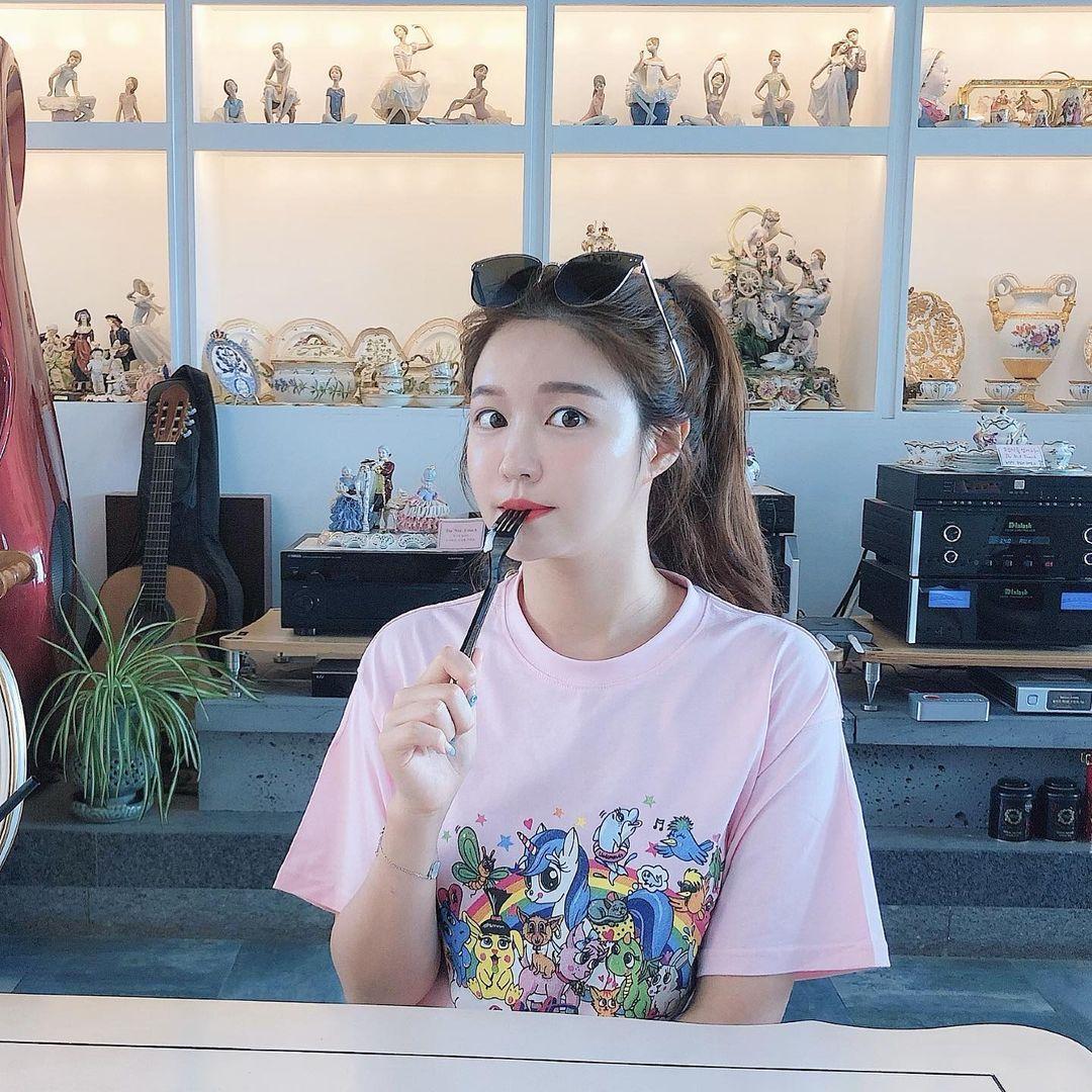韩国美女主播「尹浩延」爱打高尔夫.球衣衬托超吸睛 养眼图片 第13张