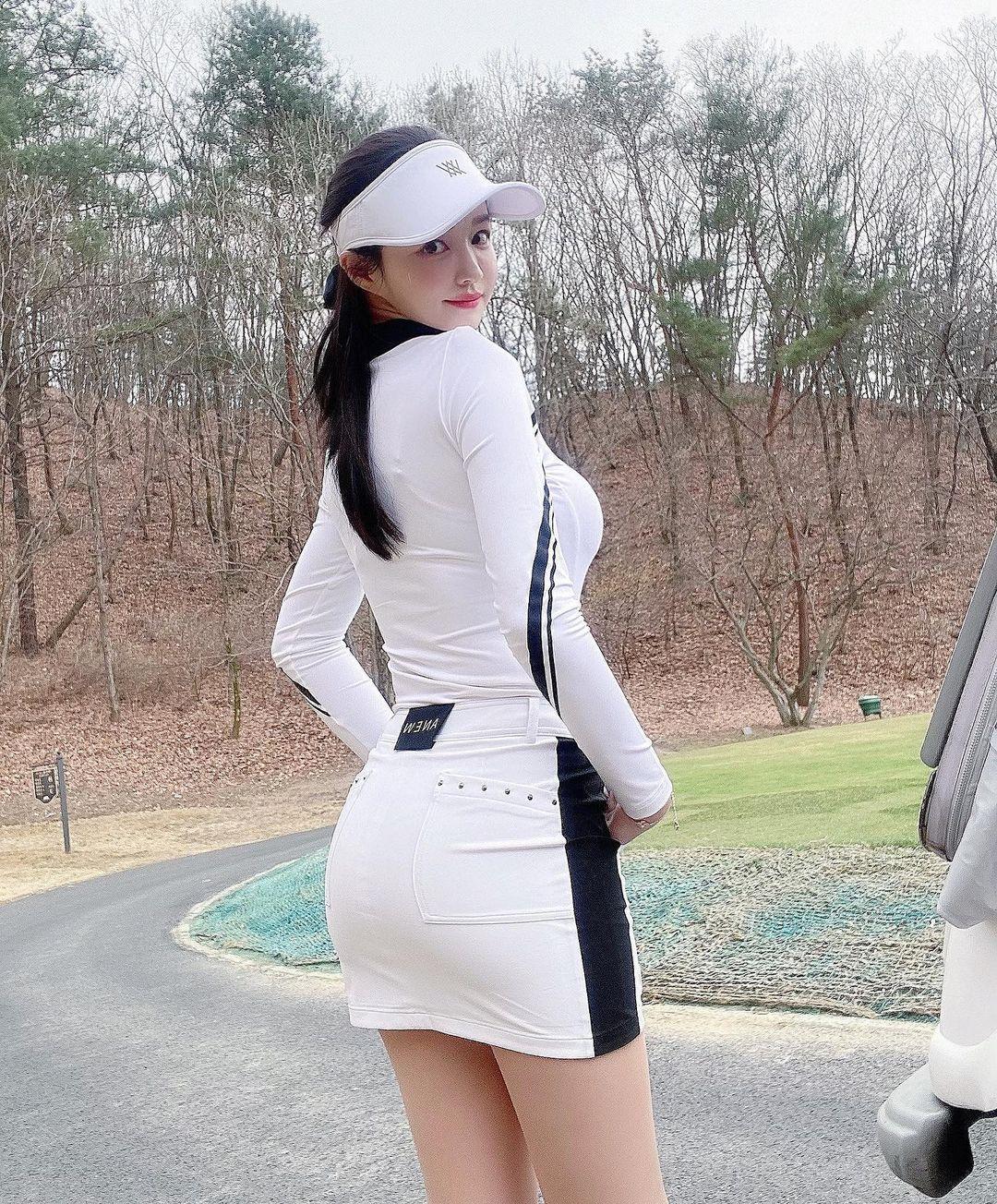 韩国美女主播「尹浩延」爱打高尔夫.球衣衬托超吸睛 养眼图片 第30张
