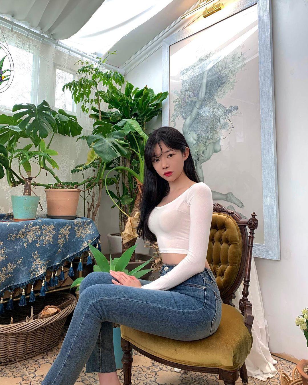 韩国街头超正短裙长腿妹,身材纤细却有料,清纯脸蛋藏着小恶魔的内在 养眼图片 第5张