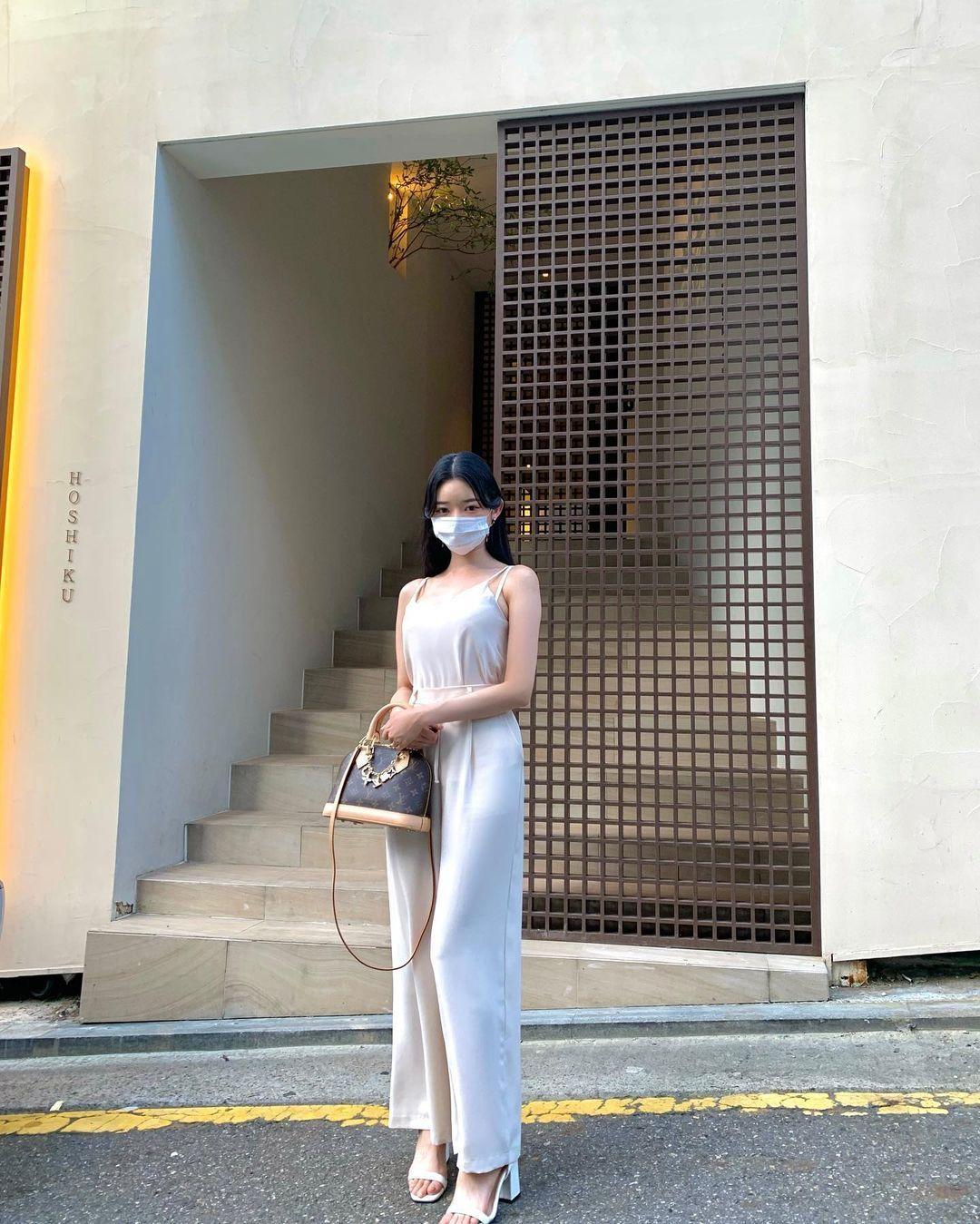 韩国街头超正短裙长腿妹,身材纤细却有料,清纯脸蛋藏着小恶魔的内在 养眼图片 第7张