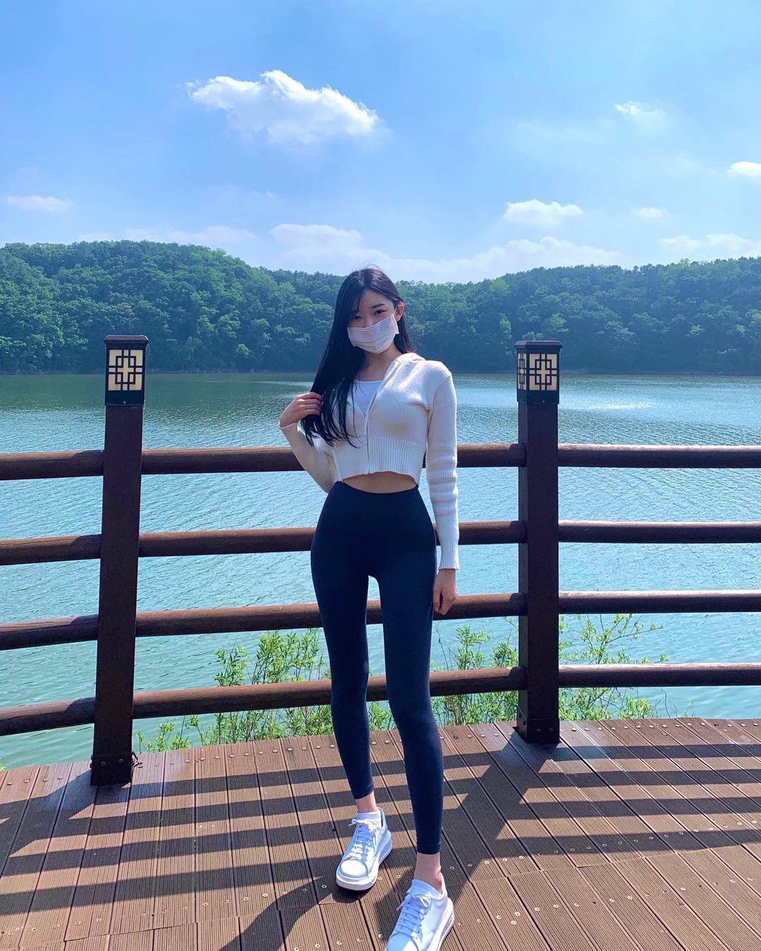 韩国街头超正短裙长腿妹,身材纤细却有料,清纯脸蛋藏着小恶魔的内在 养眼图片 第10张