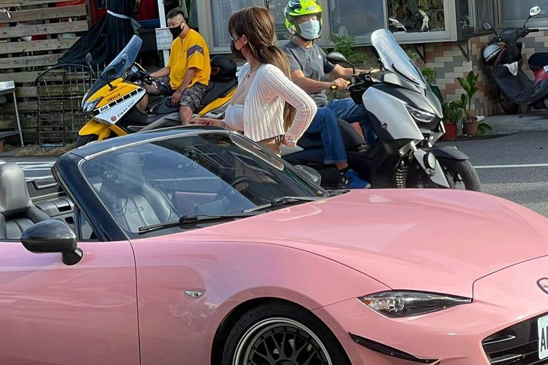 路上巧遇粉红跑车车主 不科学肿胀让路人都看傻眼 养眼图片 第2张