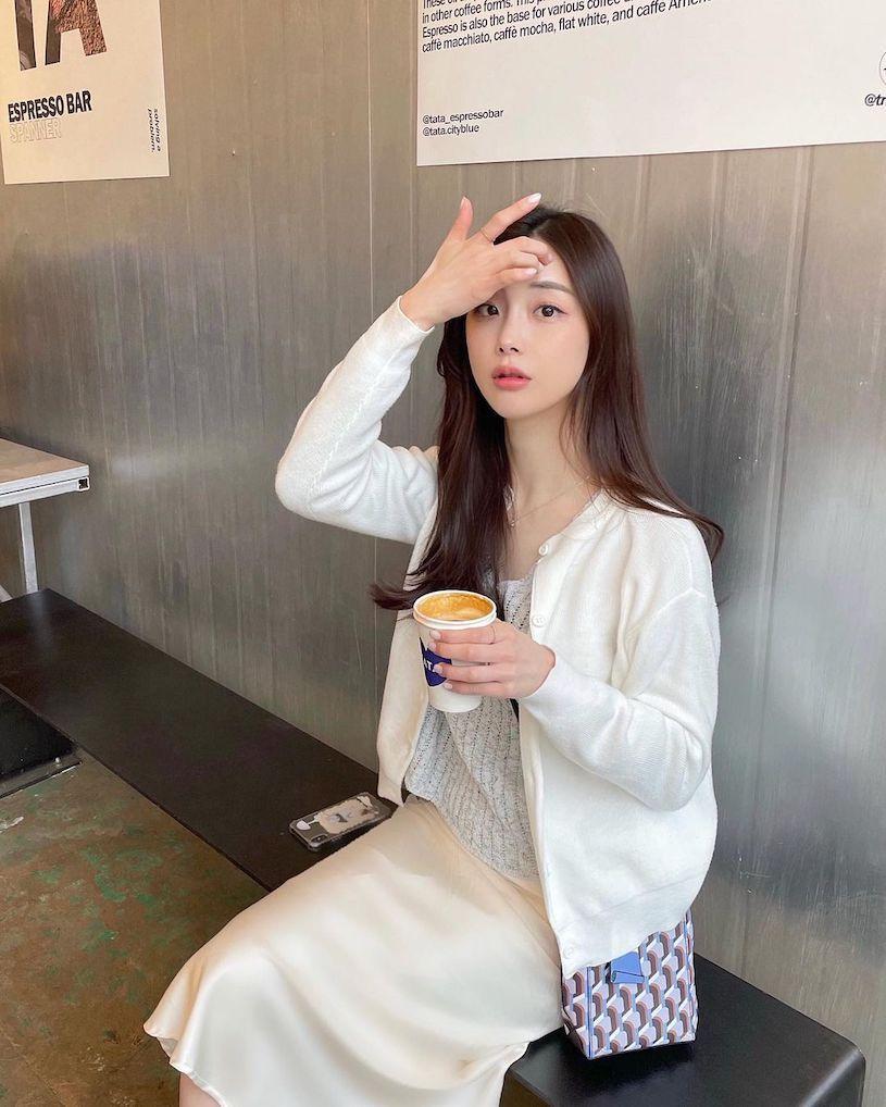 温柔正妹露营打扮好诱人,喝饮料的姿势特别性感 网络美女 第6张