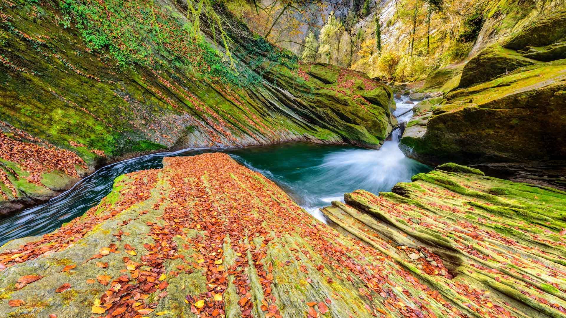 阿尔卑斯山Cheran峡谷中流淌的河流
