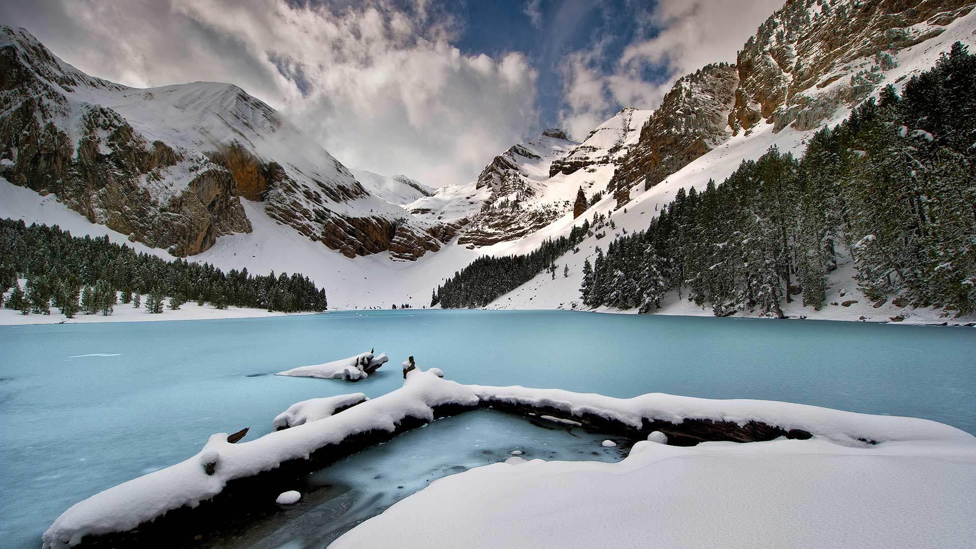 比利牛斯山脉中的高山湖Ibón de Plan比利牛斯山脉