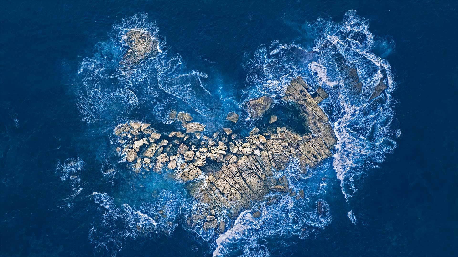 海浪冲击着悉尼海岸的一个心形岩石岛心形岩石岛