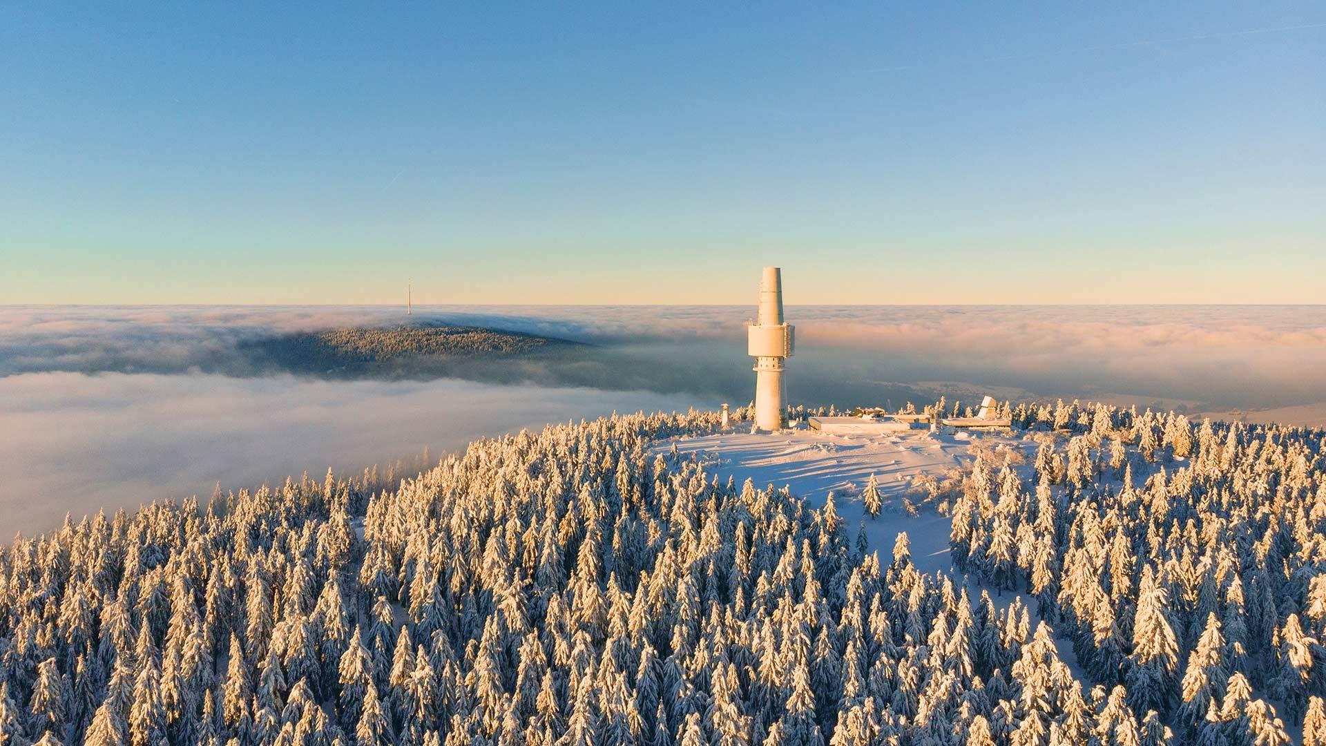 日出时云层上方的施内贝格山脉-奥克森峰鸟瞰图 奥克森峰