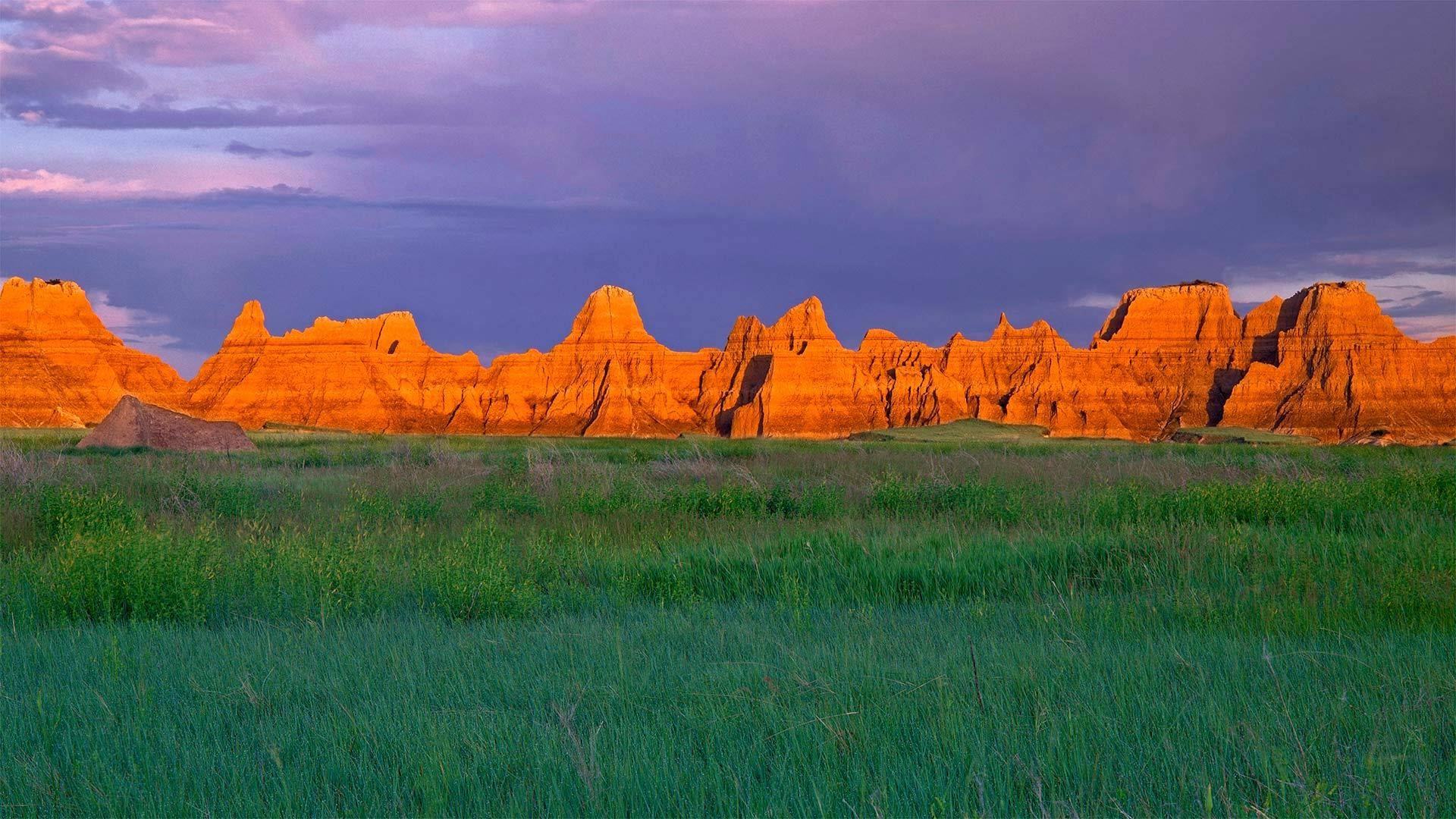 荒地国家公园城堡小径附近的草原和尖塔石山