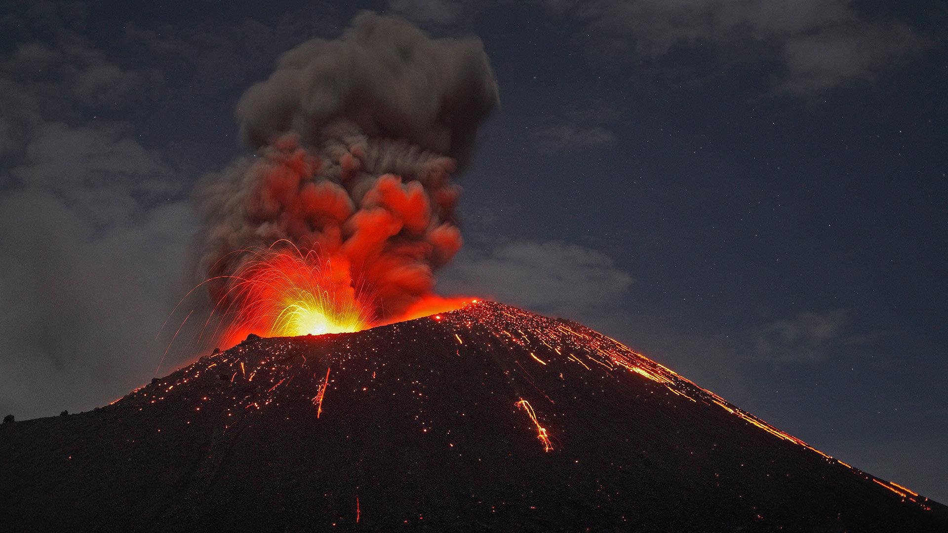 苏门答腊海岸正在喷发的喀拉喀托火山