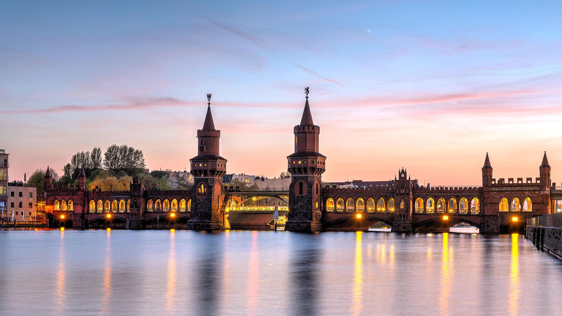 日落时分,施普雷河上美丽的奥伯鲍姆桥