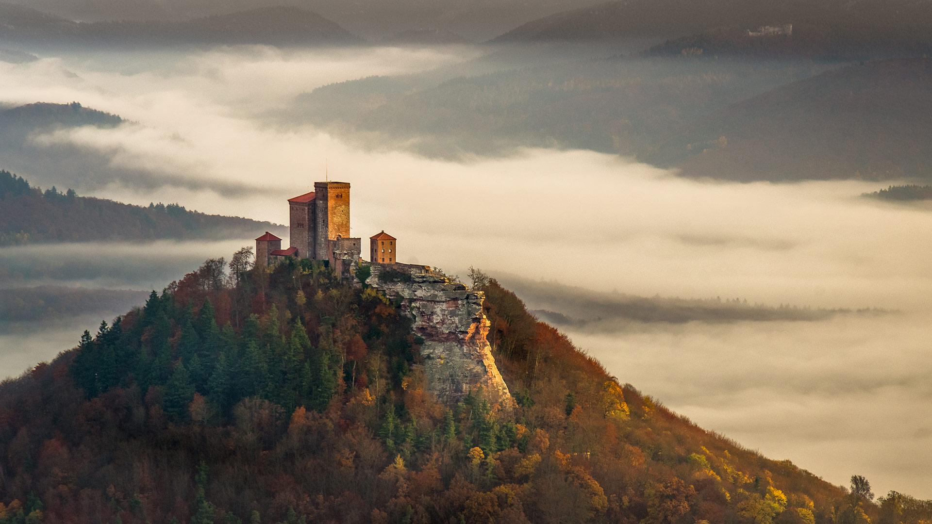 秋日雾中清晨里的特里斐斯城堡特里斐斯城堡
