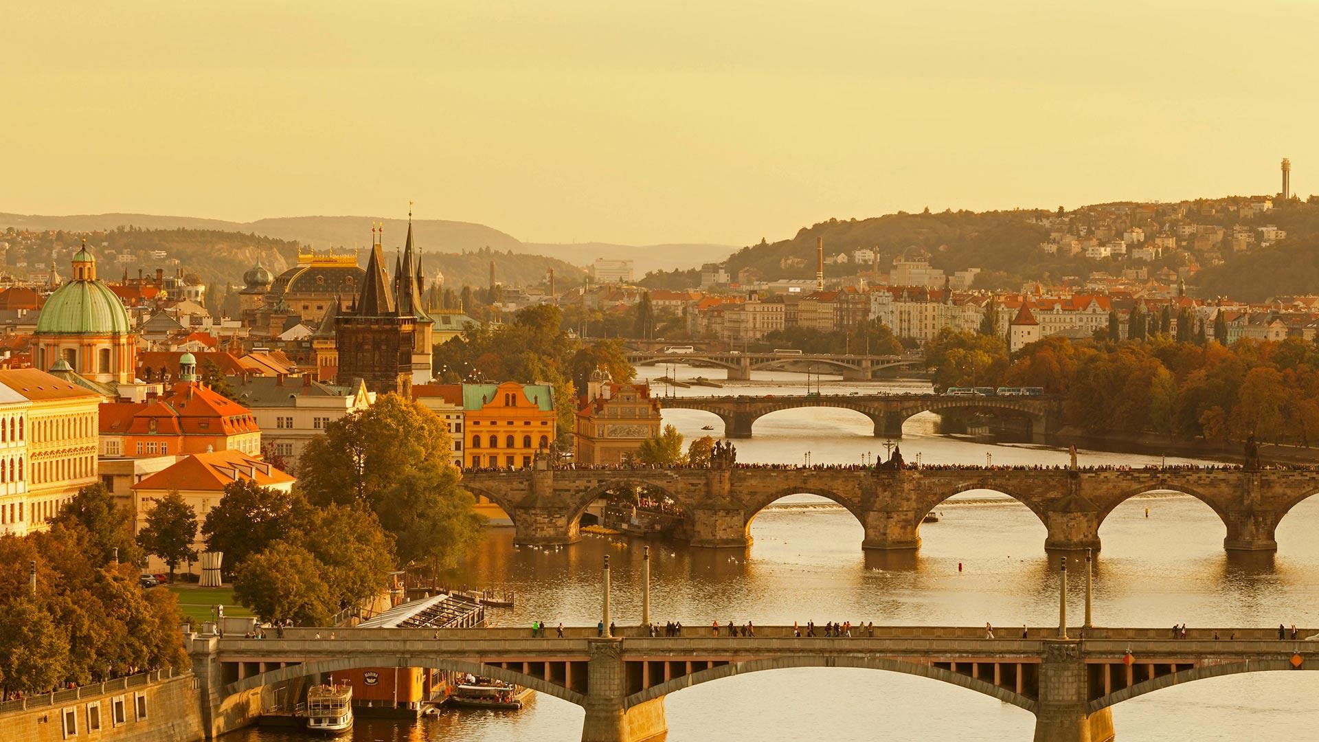 伏尔塔瓦河上的查理大桥和老城桥塔查理大桥和老城桥塔
