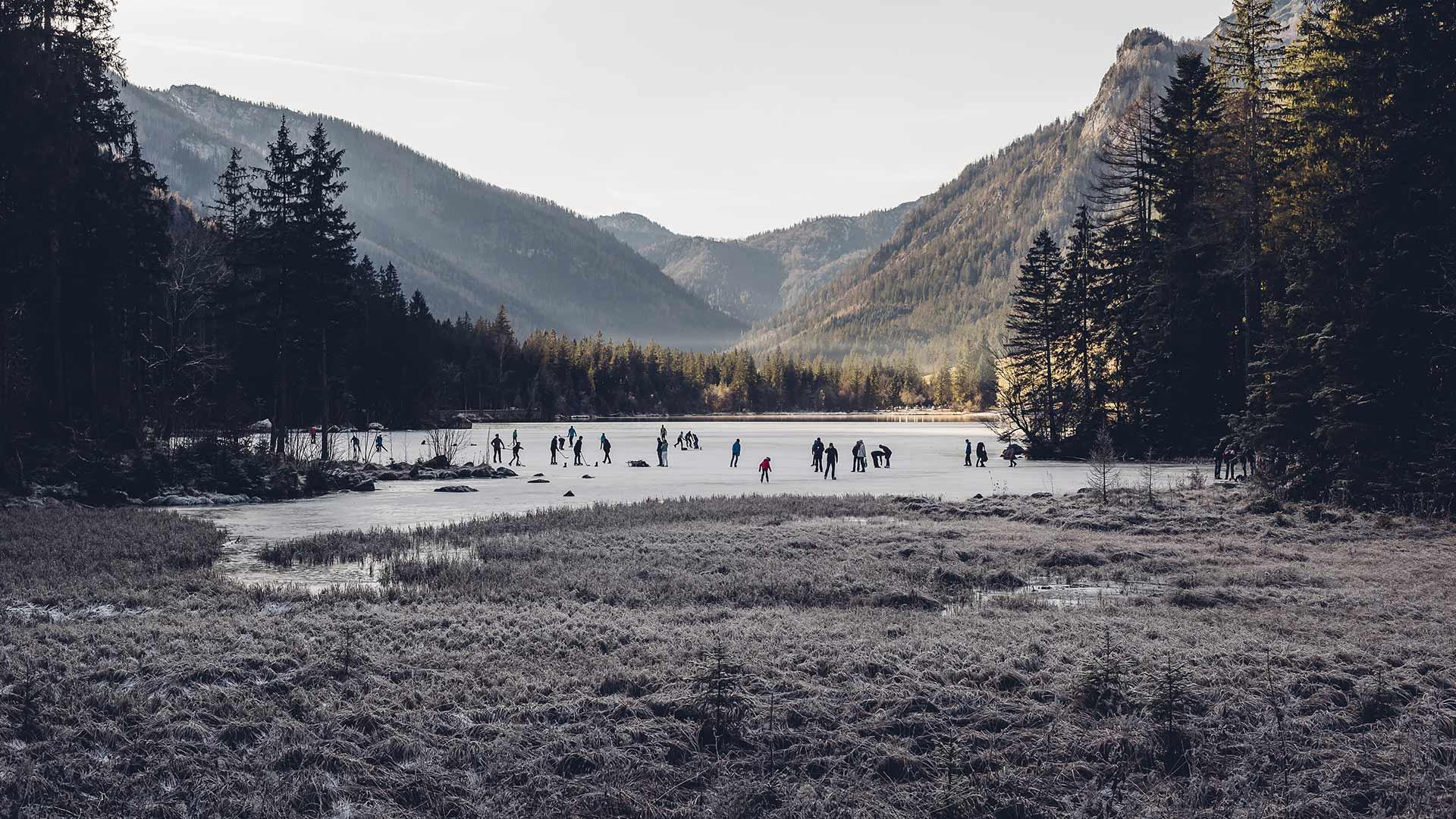 贝希特斯加登县拉姆绍小镇上结冰的Hintersee湖和滑冰者Hintersee湖