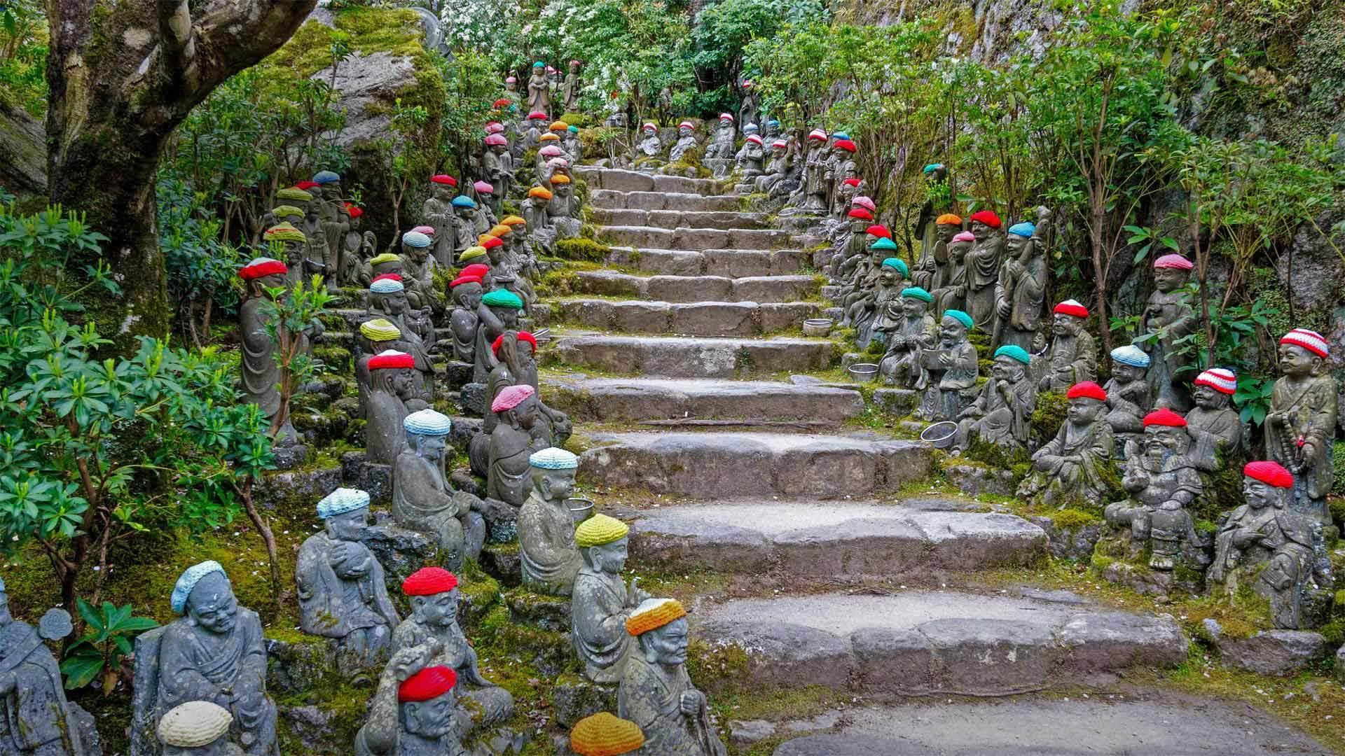 排列在通往大圣院石径上的小罗汉雕像小罗汉雕像