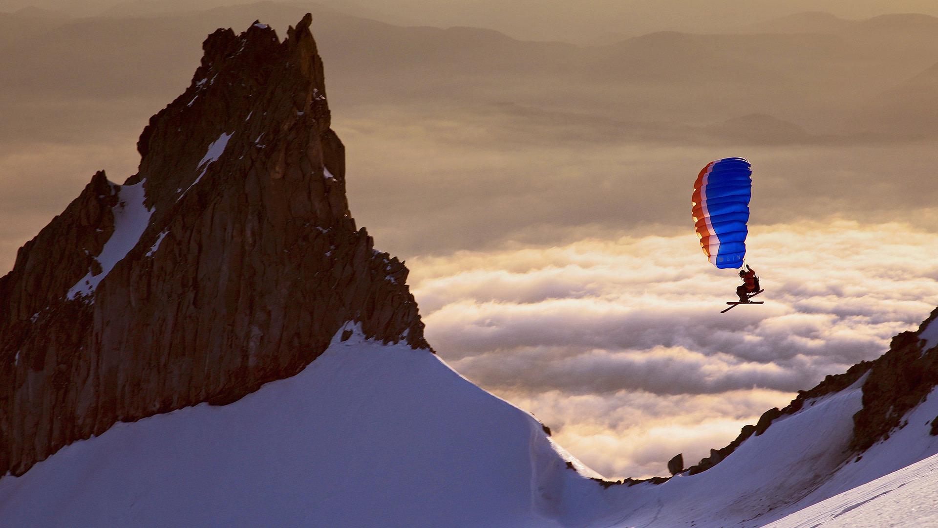 野外探险家亚历克斯·彼得森在胡德山南侧快速滑翔亚历克斯·彼得森